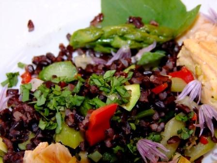 Schwarzer Reis grüner Spargel